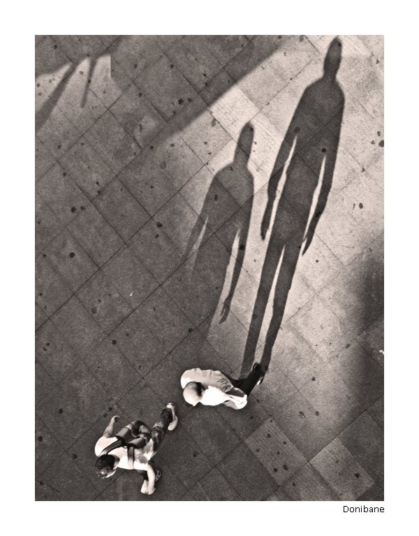 El Proyecto Sombras trata de analizar el impaco visual que nos crea ver una sombra alargada de aquellos que caminan sin darse cuenta que se siguen asi mismos ;-)