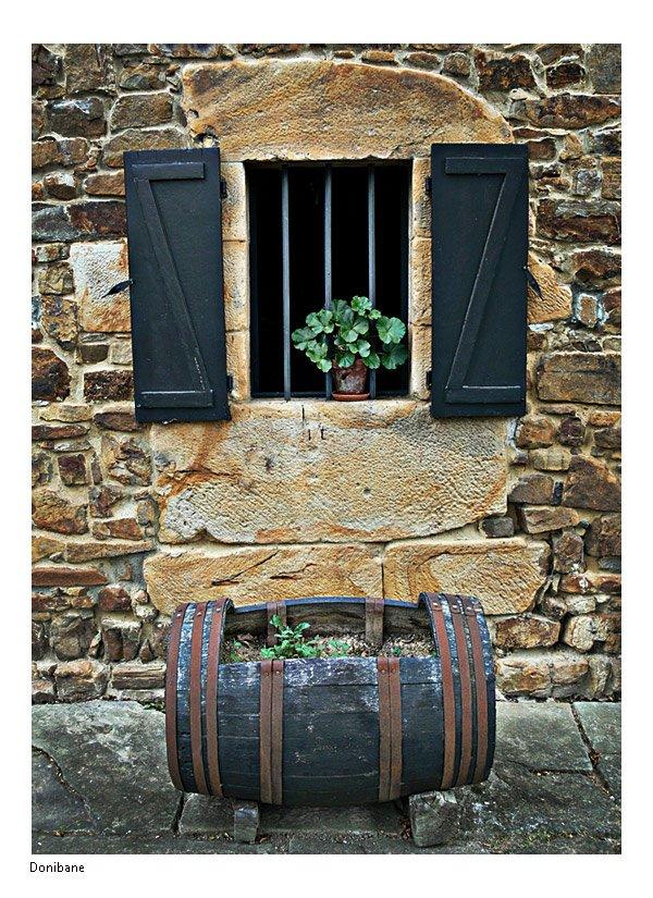 Tonel y ventana en Caserio